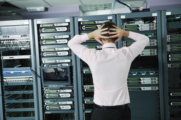 Čovek u serverskoj sobi u panici jer se desila katastrofa a on nema plan za oporavak