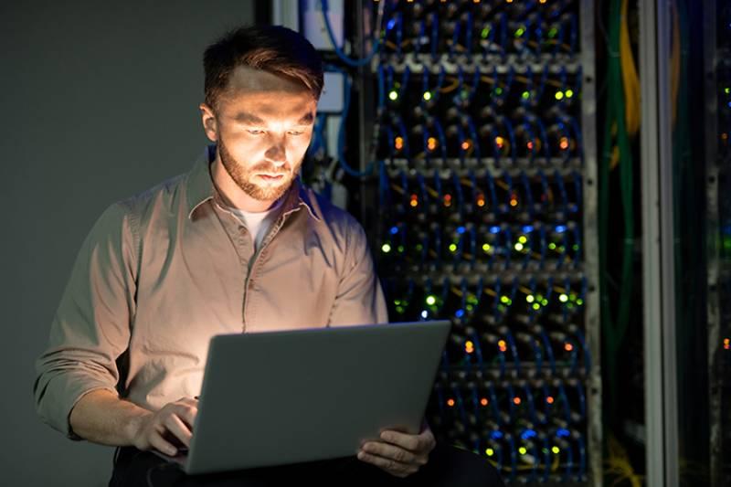 Slika administratora u server sobi kako radi rapid migraciju na SAP s/4 HANA