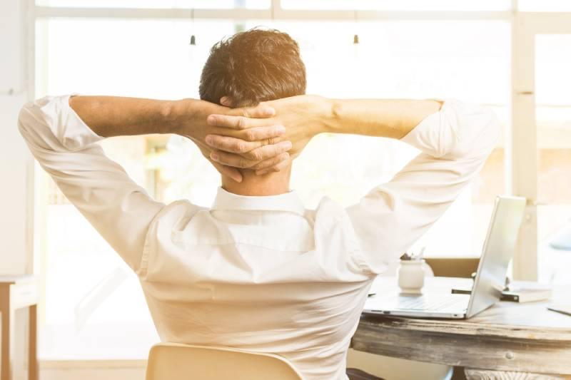 Slika čoveka sa rukama iza glave kako uživa jer radi remote cloud backup svojih usluga