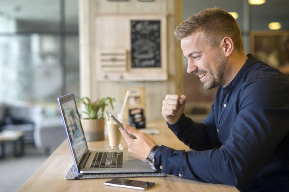 Čovek srećan za laptopom jer koristi Sap/ERP
