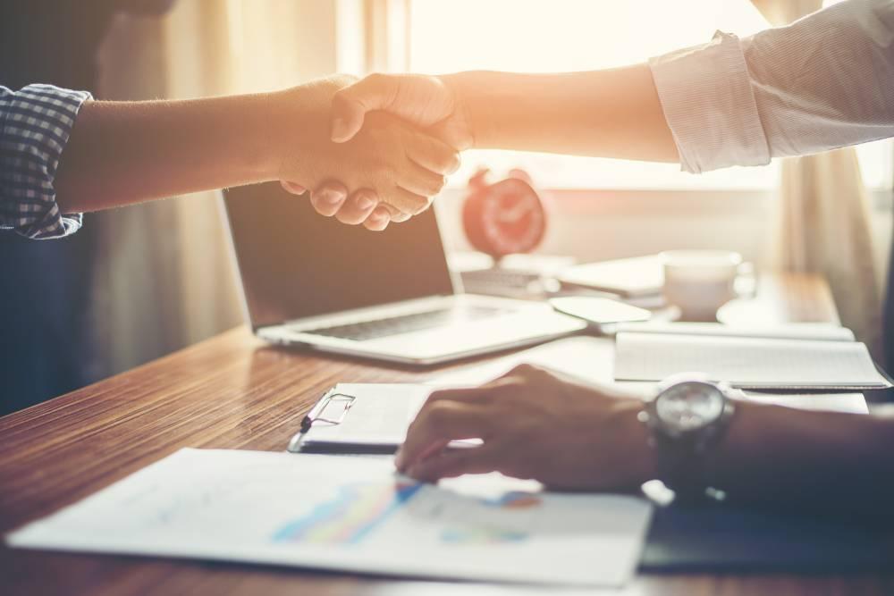 Dve osobe se rukuju jer su sklopile uspešnu saradnju pomoću ComSale aplikacije
